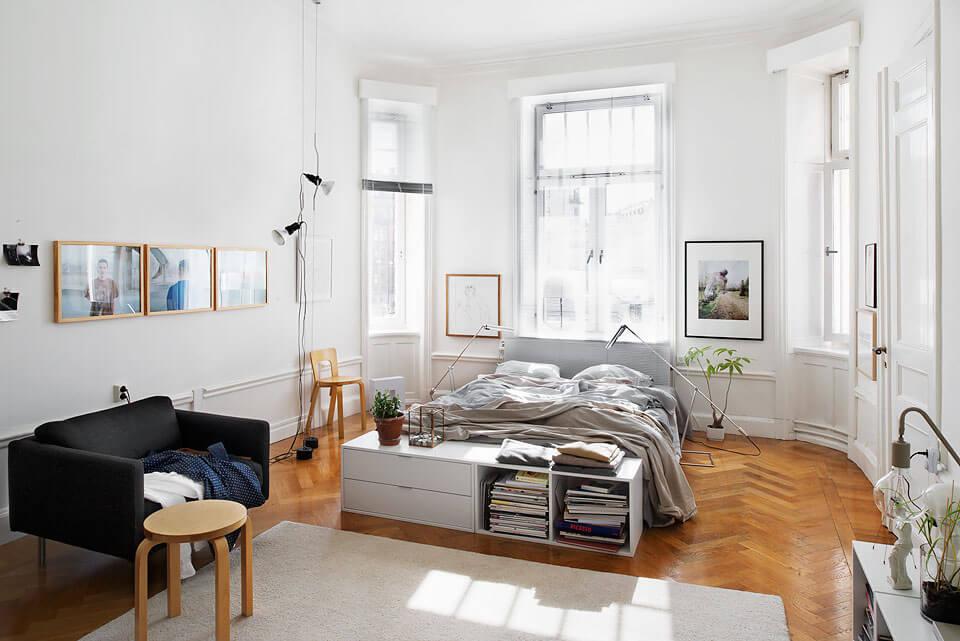 Скандинавский стиль спальня − Окна в спальне − Спальня в скандинавском стиле